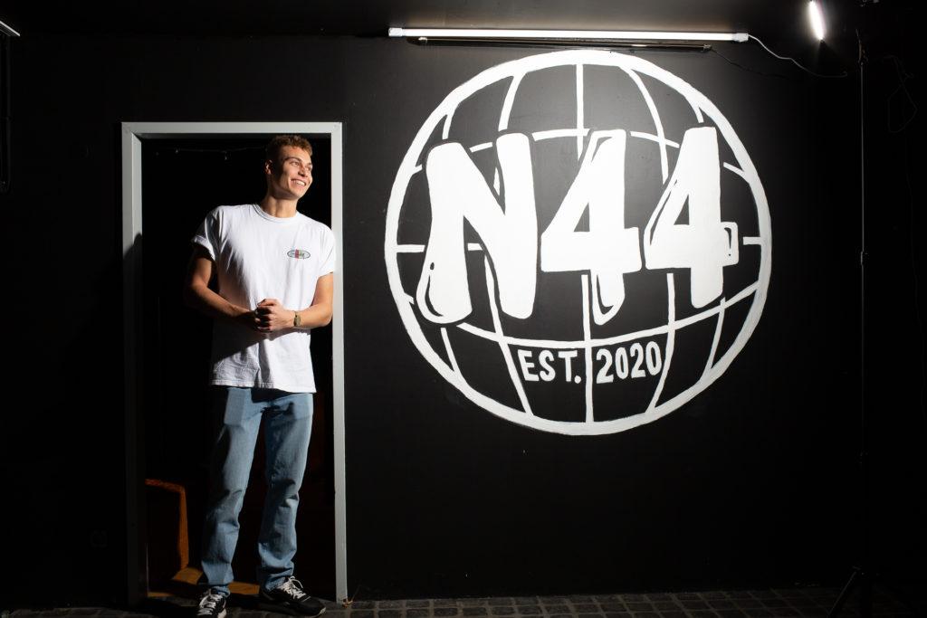 Luca Goerdel, der Gründer von Network 44 steht im Türrahmen und guckt nach links